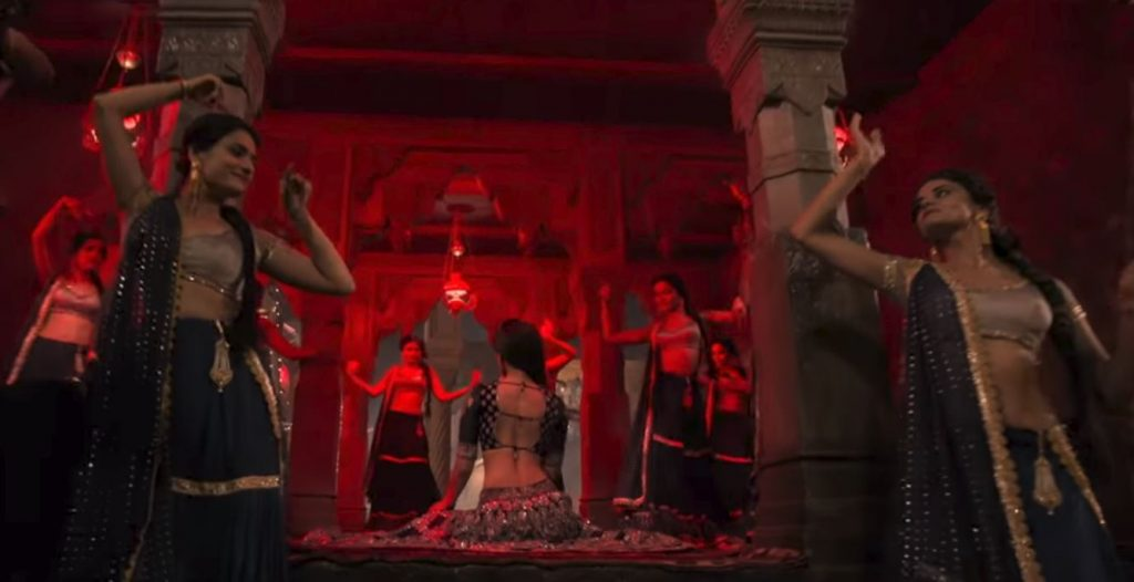 Aira Gaira hot photos of kriti sonon from kalank songs